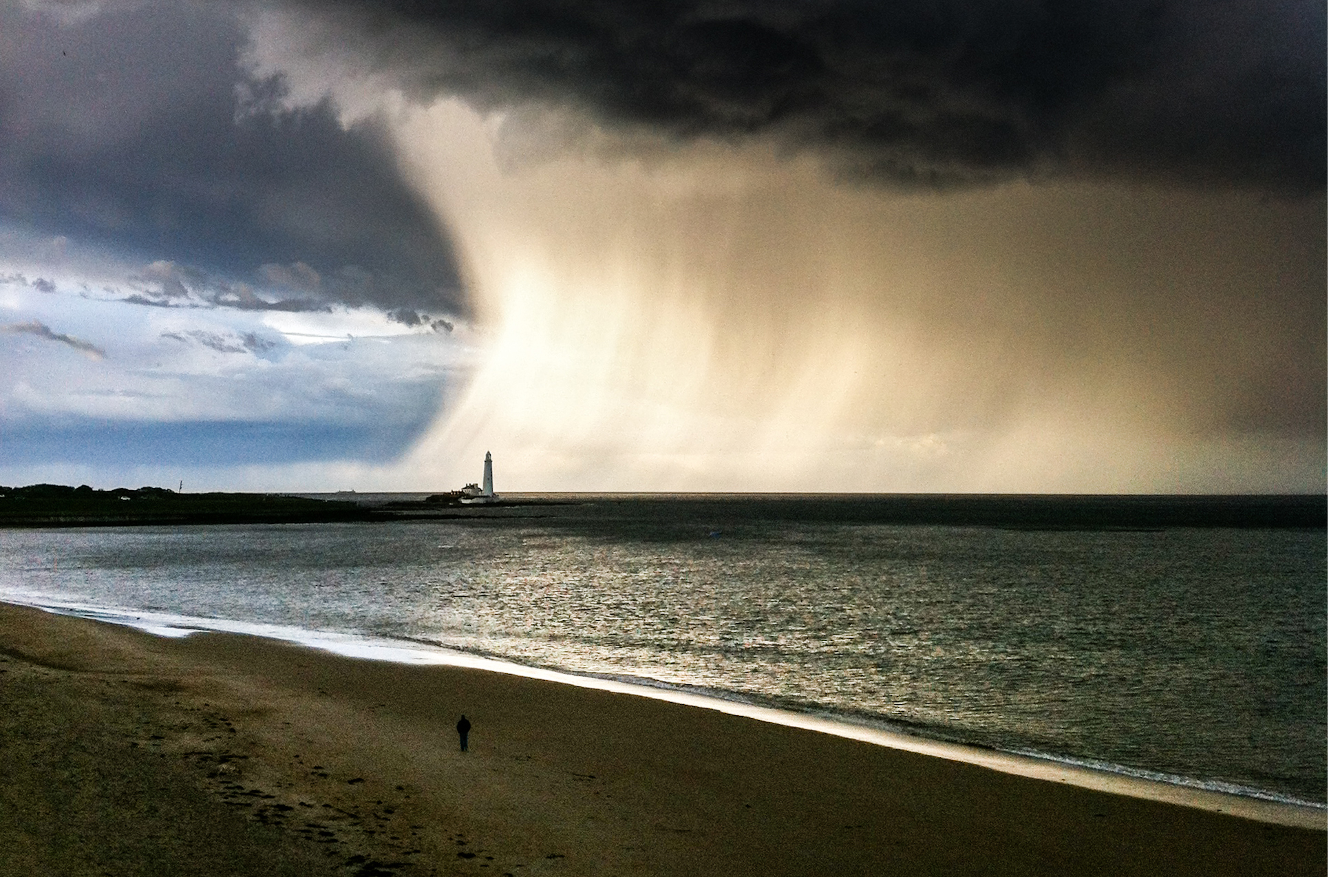 Storm-chasing photographer takes incredible cloudburst photo… with an old iPhone