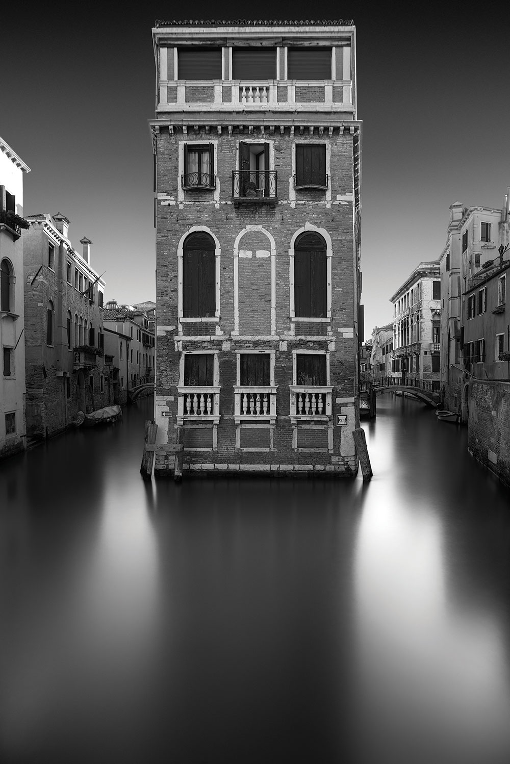 Monochrome house in Venice - Tony Sellen